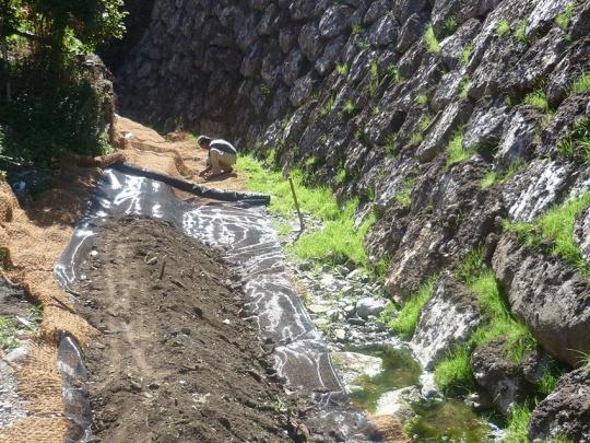 Instalación de mantas orgánicas en ambiente ripario