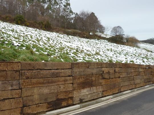 Muro de traviesas en carretera