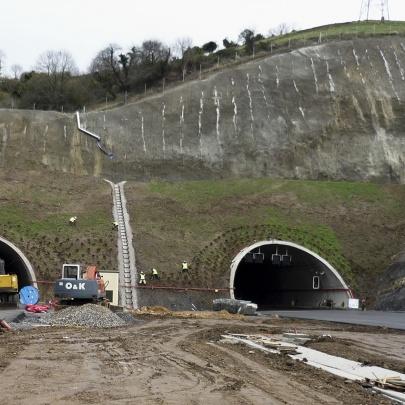 Plantación en emboquille de tunel de autopista